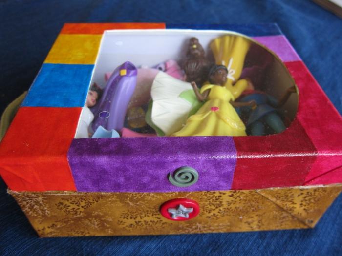 die Disney Prinzessinnen haben ein Zuhause in diesem schönen Schuhkarton - in viele Farben gebastelt