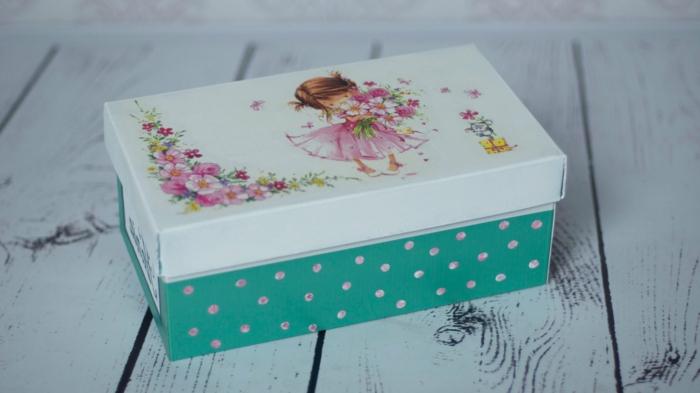Schuhkarton basteln - eine Fee mit Blumen Aufkleber auf der Decke, schönes Bild