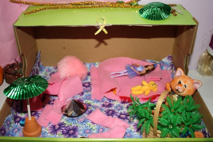 Schuhkarton basteln ein Haus für die Spielzeuge und Puppen in rosa Farbe