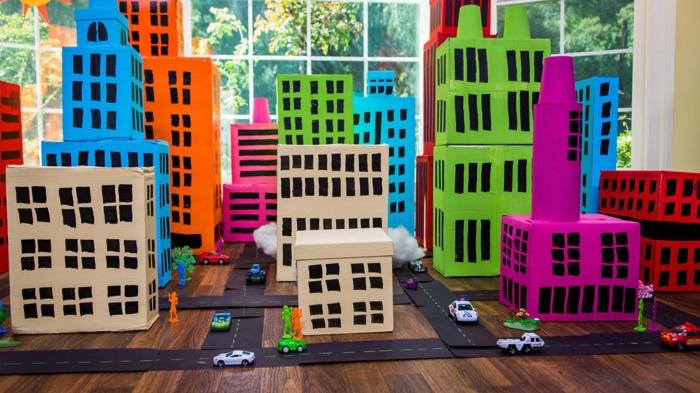 eine Stadt aus Schuhkartons basteln mit Straßen und Spielautos, perfekt für Kinder
