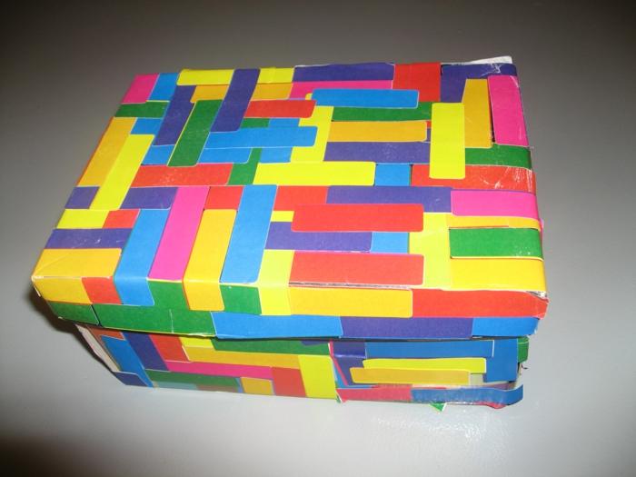 buntes DIY Projekt aus Schuhkarton basteln - aus viele Aufkleber in verschiedene Farben eine Komposition erstellen