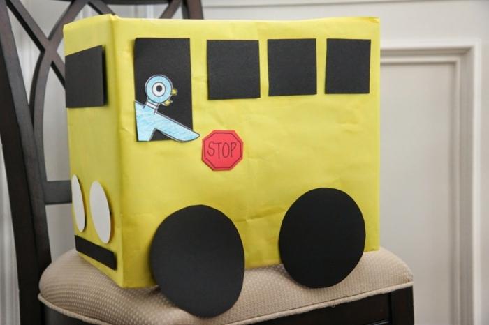 gelber Bus mit einem Zeichen Stop und Fahrer ein Vogel - mit Karton basteln