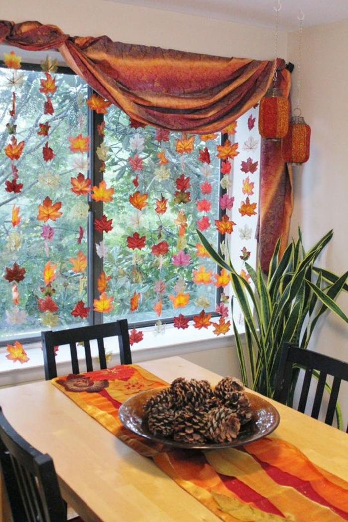 basteln herbst, herbstdeko, vorhang, fenster, küche, tisch, stühle, tannenzapfen, tischdeko, pflanze, girlange, fensterdeko