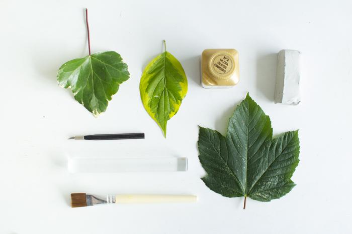 diy schale, materialien, baumblätter, cutter, farbpinsel, weißer ton