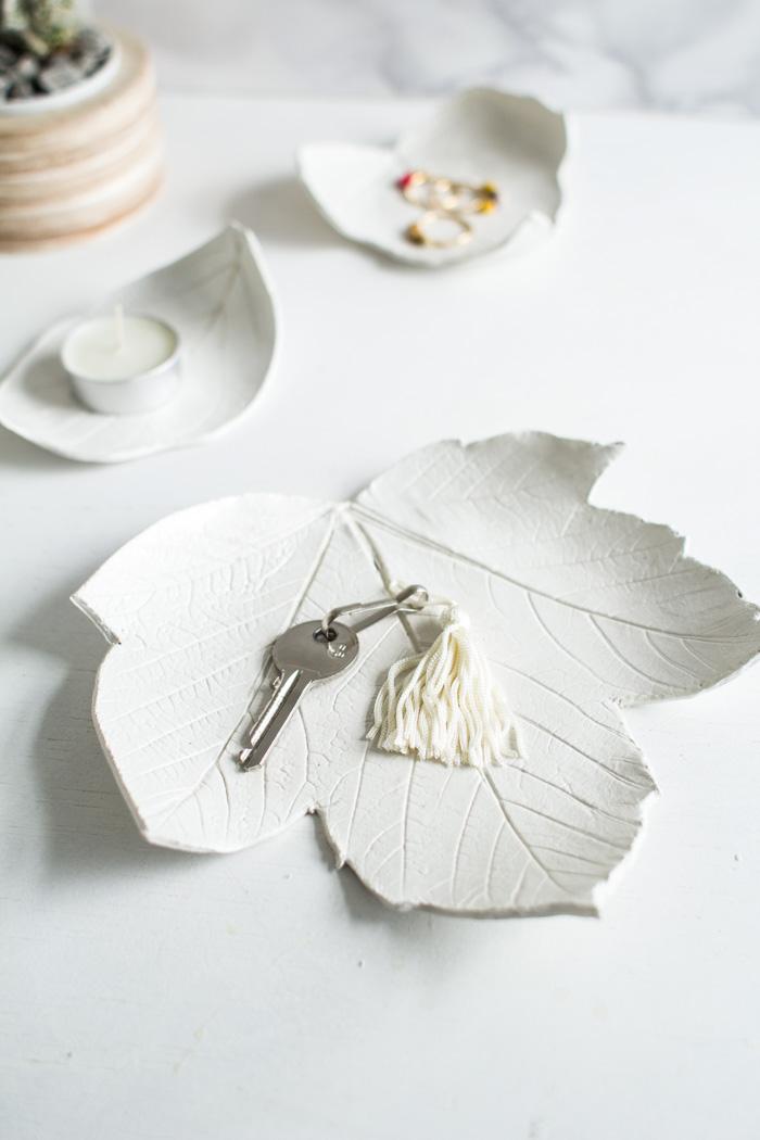 weiße schale aus ton in form von blatt, schüssel, ringe, schmuckschale, teelicht, teelichthalter