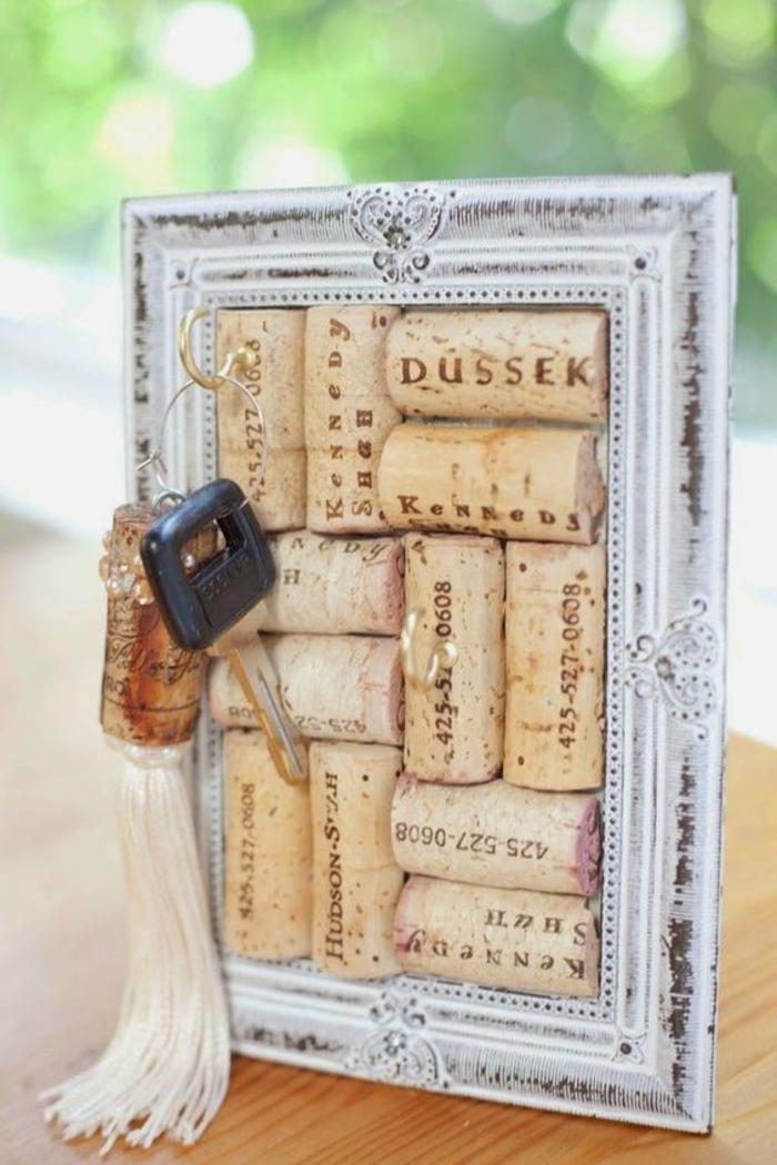 schlüsselhalter aus weißem bilderrahmen und korken, schüssel