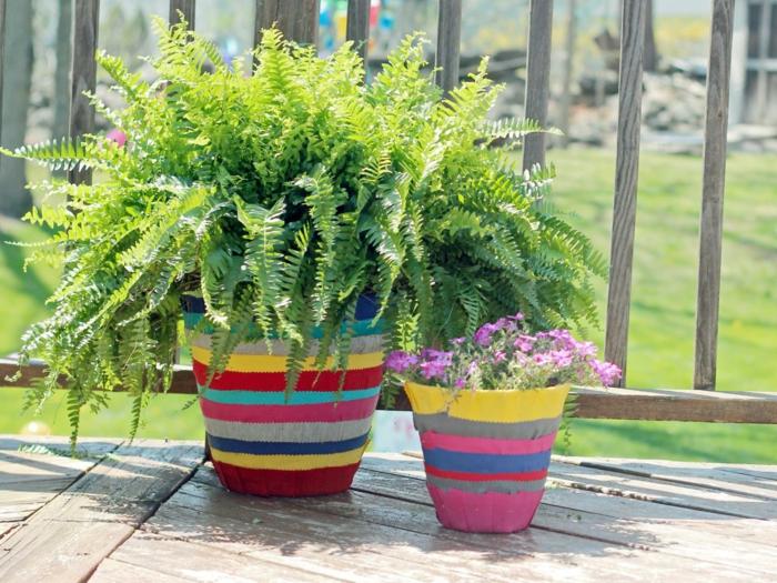 blumentöpfe selbst gestalten ideen bunte linien auf den töpfen lila blumen grüne pflanze schöne idee