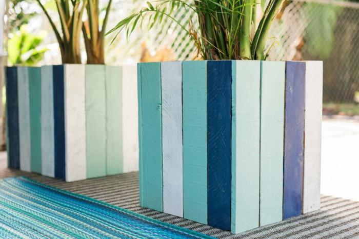blumentöpfe selbst gestalten blaue töpfe verschiedene nuancen des blauen dunkelblau hellblau himmelsblau hölzerner topf