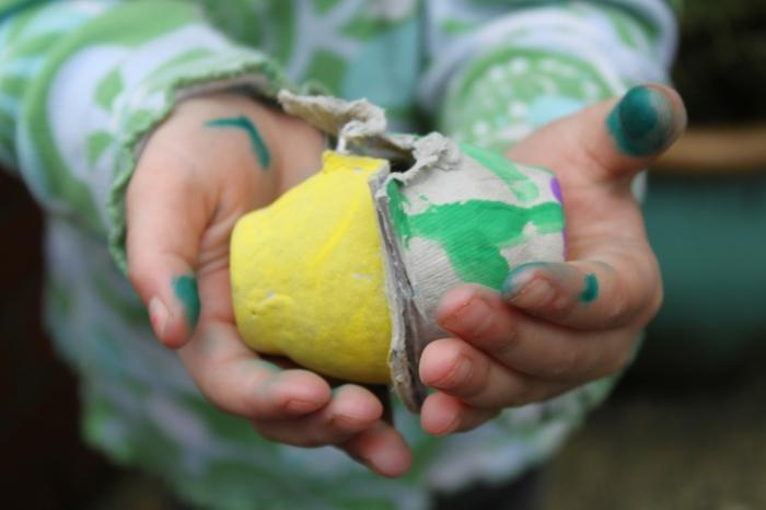 schmutzige Hände von Kind das zwei Eierkartons trägt - Osterbasteln mit Eierkarton
