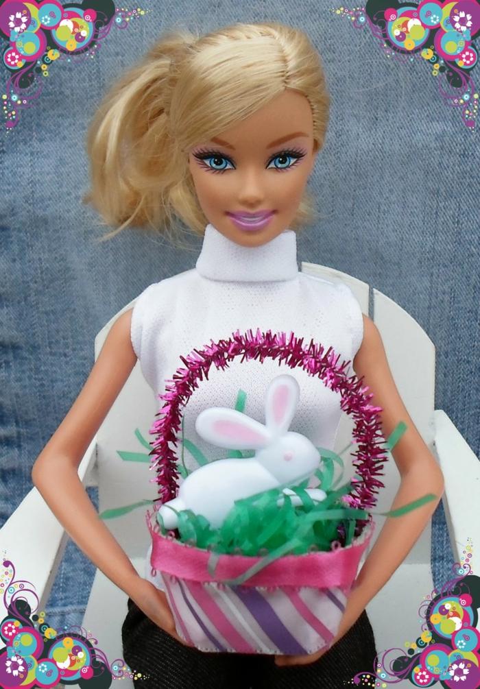 die Barby Puppe mit dem Korb von oben - Osterbasteln mit Eierkarton
