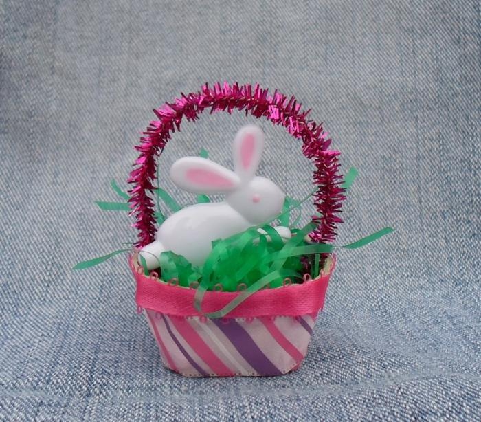 ein weißer Osterhase in Körbchen mit grünen Gras - Osterbasteln mit Eierkarton