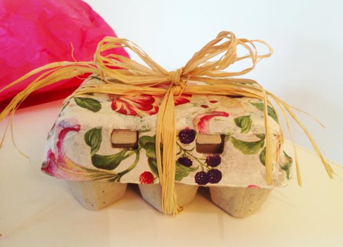 mit Blumenmuster die Decke der Eierschachtel bemalen für Ostereier als Geschenk