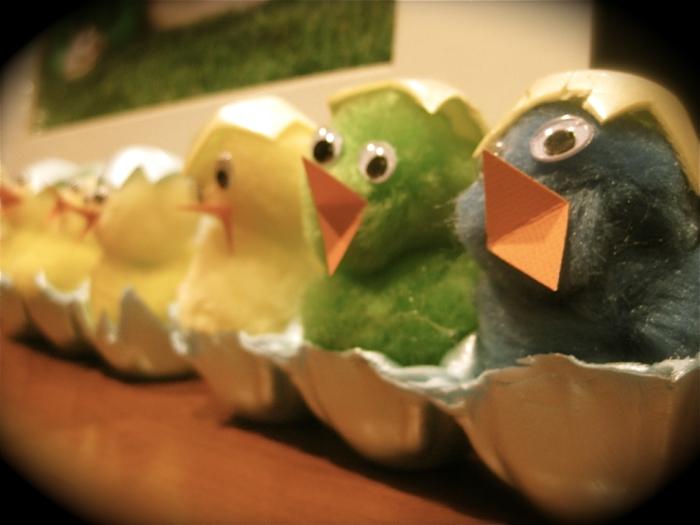 eine Reihe von Küken wie ausgeschlüpft aus Eierkarton - basteln mit Eierkarton Ostern