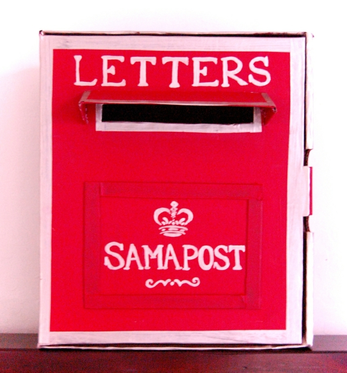 Bastelideen mit Schuhkarton - ein roter Briefkasten mit einer kleinen Krone bemalt