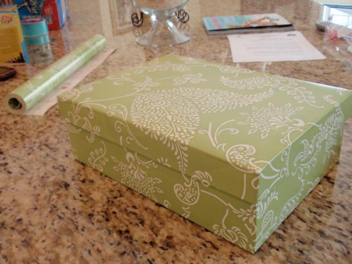 Blätter bemustertes Geschenkpapier um ein Karton zu verschönern - Bastelideen mit Schuhkarton