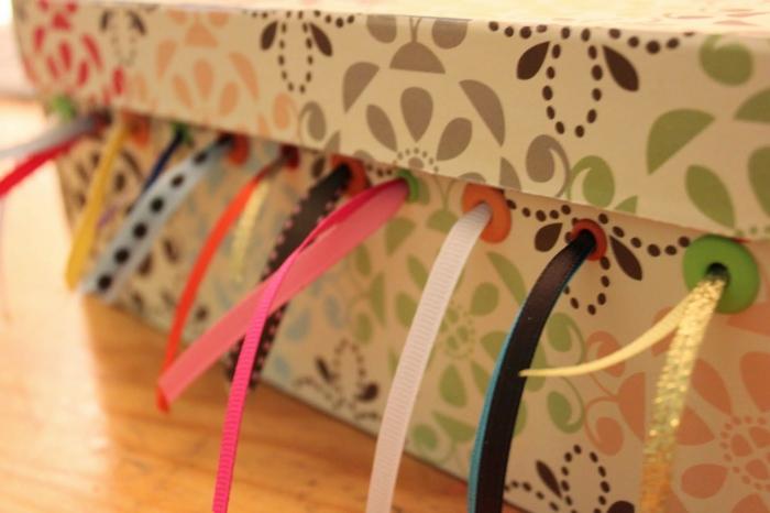 eine praktische Schachtel wo man die Bänder aufbewahren kann - ganz bunt