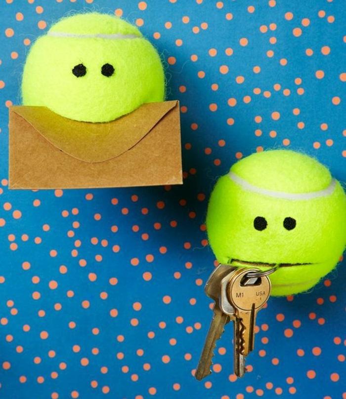 blaue wand mit orangen punkten, tennisbälle, brief, schlüssel