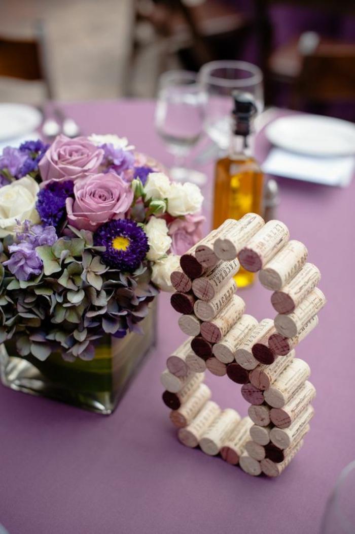 acht, ziffer aus korken, tischdeko, lila tischdecke, vase, blumen