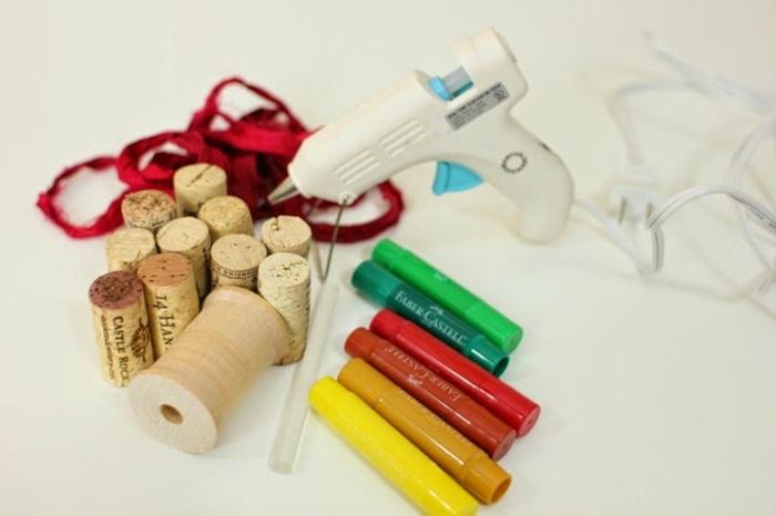 rote schleife, heißklebepistole, heißkleber, korken, pastellfarbe