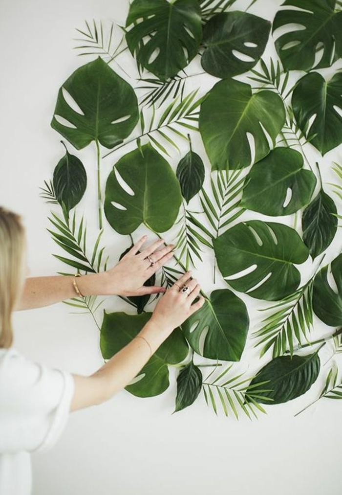wanddeko aus grünen baumblättern selber machen, frau, blonde haare, hemd