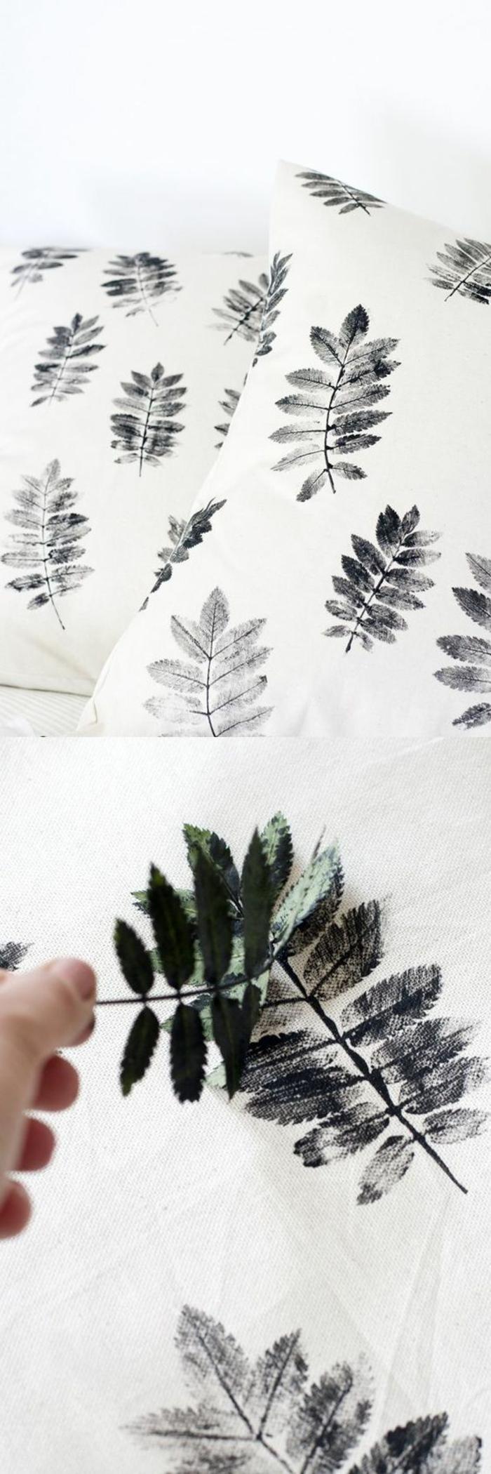 stempel aus grünen baumblättern selber machen, schwarze farbe, weißer stoff, kissen dekorieren