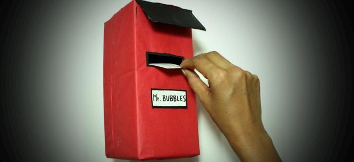 kleiner roter Briefkasten aus Karton basteln für die Briefe von Mr. Bubbles
