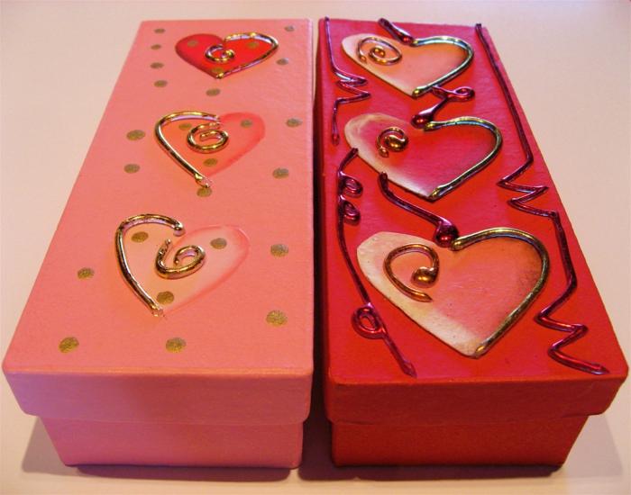 zwei Schachtel aus Schuhe mit Herzen Motive geschmückt - Basteln mit Karton