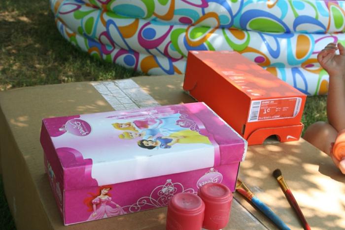 Basteln mit Kinder - eine Schachtel mit Disney Prinzessinnen beklebt