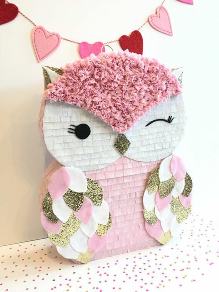 pinata basteln - rosa eule, girlande mit herzen, servietten