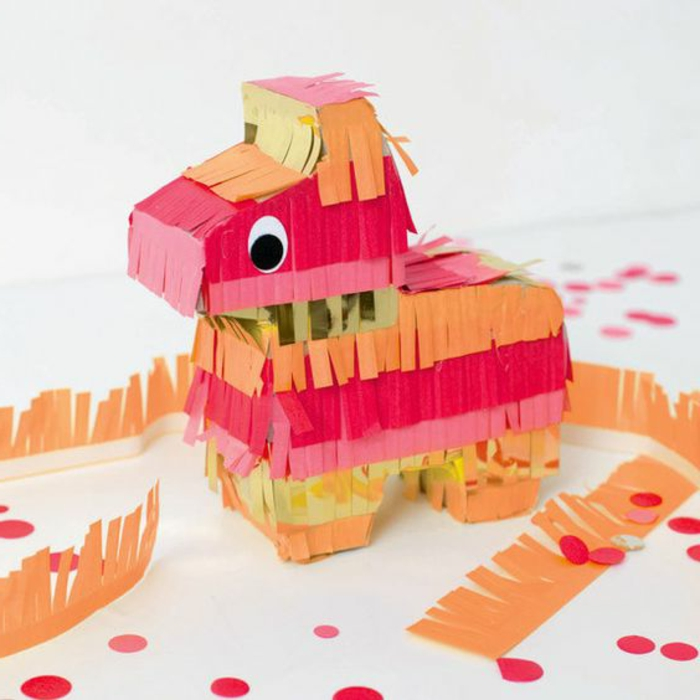 kleines pferd aus pappe verziert buntem papier