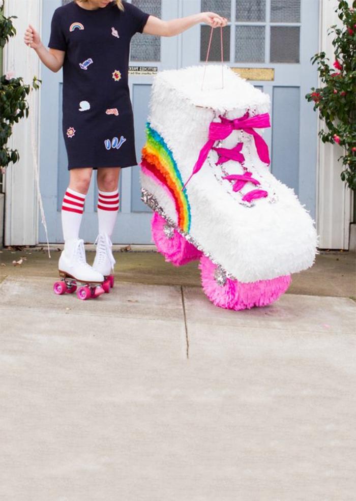 weiße diy rollschuhe, rosa schuhebänder, weiße socke, schwarzes kleid