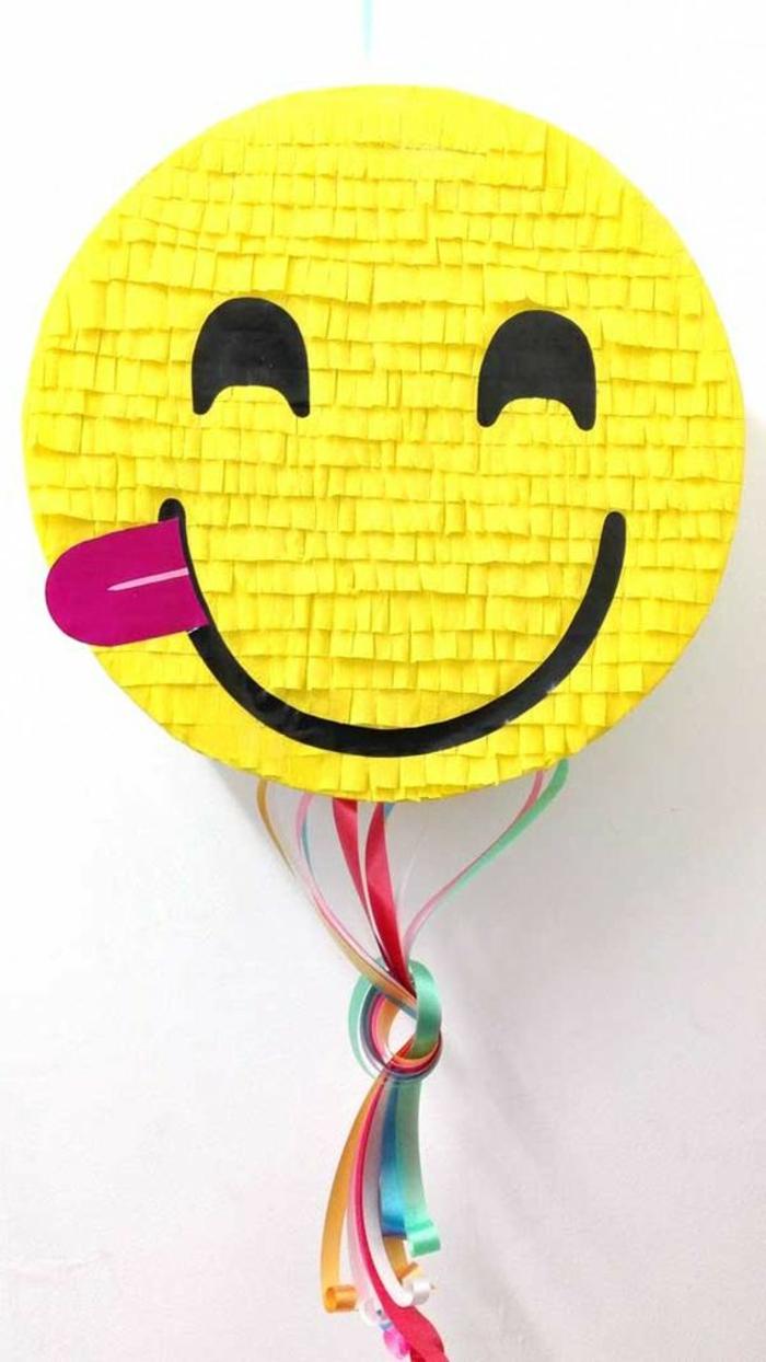 gelbe runde pinata, bunte schleife, augen, lächeln