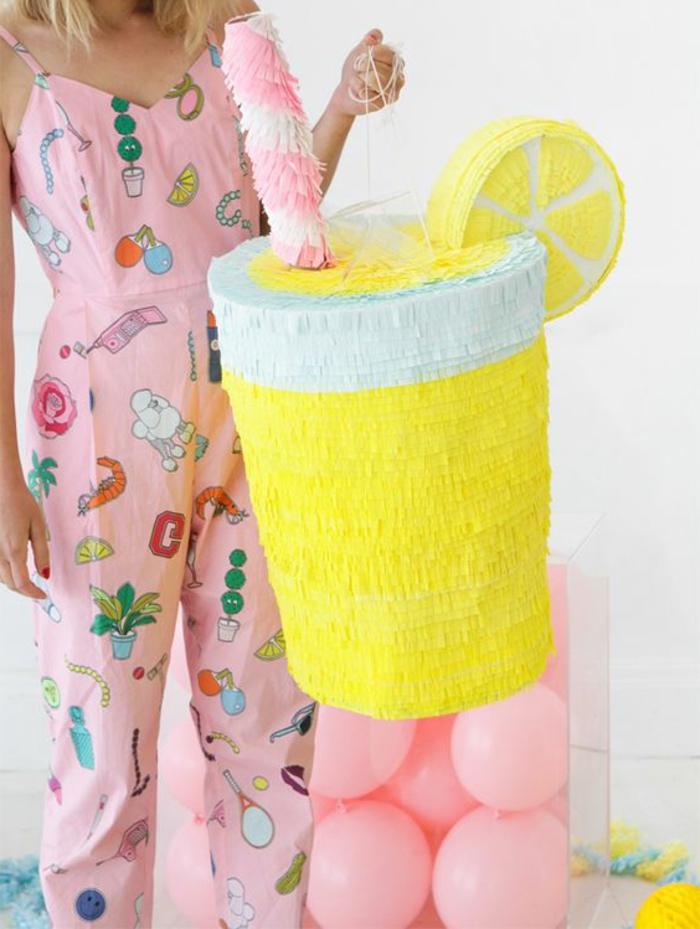 rosa luftballons, großes glas mit zitronensaft, zitronenschale