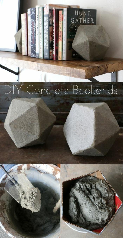 diy bücherstützenpaar aus zement, papierform, eimer, regal aus holz