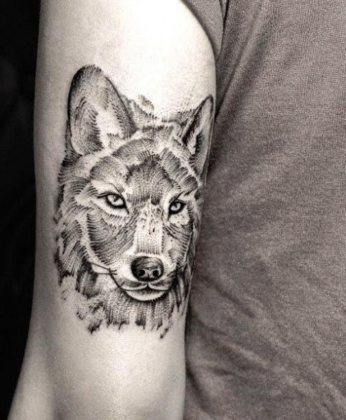 hier ist noch eine ganz tolle idee für einen wolf tattoo - ein grauer tattoo, bizeps