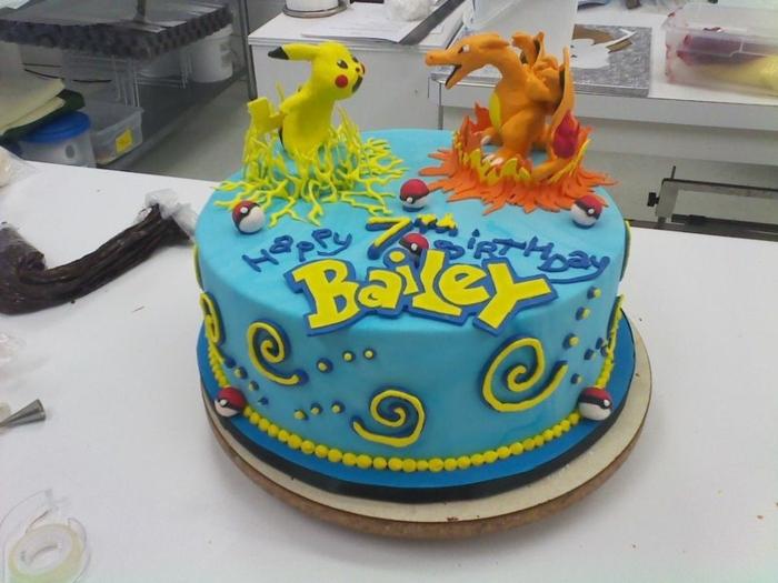 drachen pokemon, dragon pokemon, zwei pokemon wesen, ein gelbes kleines pikachu - hier ist eine idee für eine blaue pokemon torte mit gelben überschriften