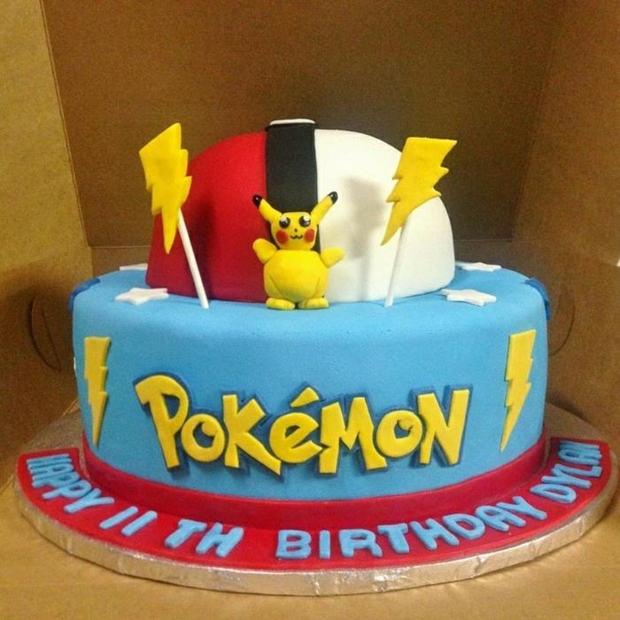 pokemon birthday cake - hier ist eine idee für eine blaue pokemon torte mit gelben blitzen und einem gelben pokemon wesen und einem großen roten pokeball
