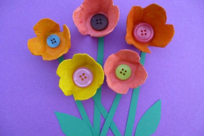Eierkarton basteln mit Knöpfen und grünes Papier - bunte Blüte