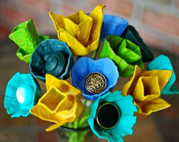 in einer Vase schöne Blumen aus Eierkarton gestalten - bunte Farben