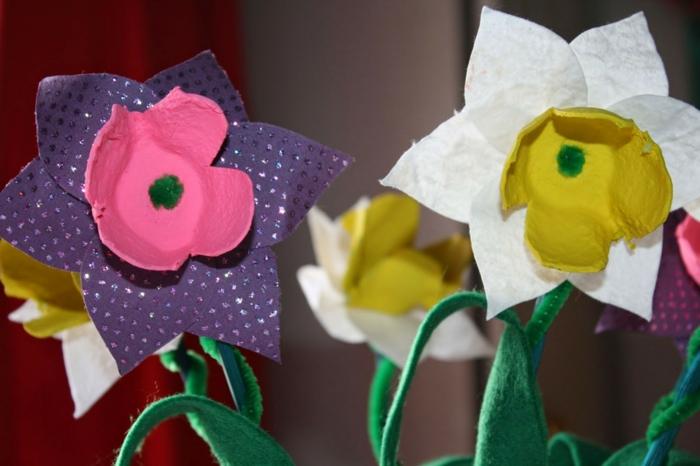 Blumen aus Eierkarton mit Papierblättern und Staubblätter aus Eierbecher