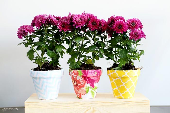 blumentöpfe selbst gestalten ideen blumentopf bunte rosen gelbe dekoration töpfe blumen rosa lila deko