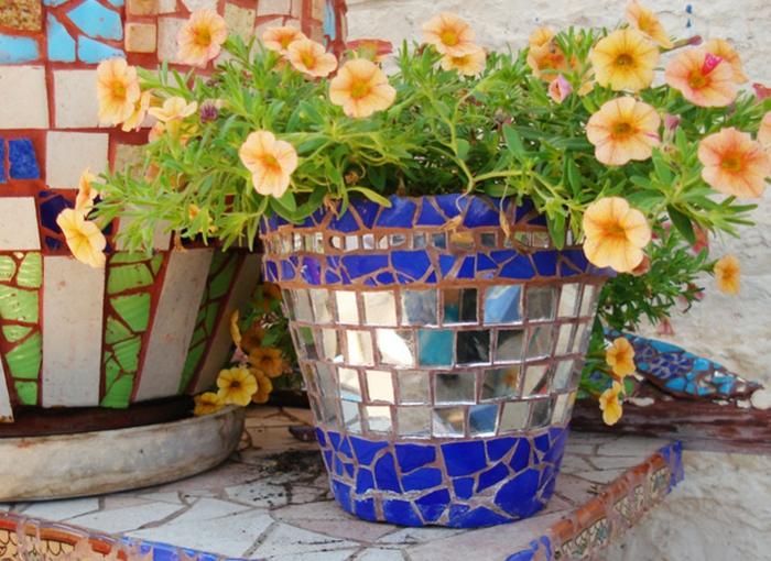 blumentöpfe selber machen topf in blau silbern und braun mit schönen pflanzen grün und gelbe blümchen