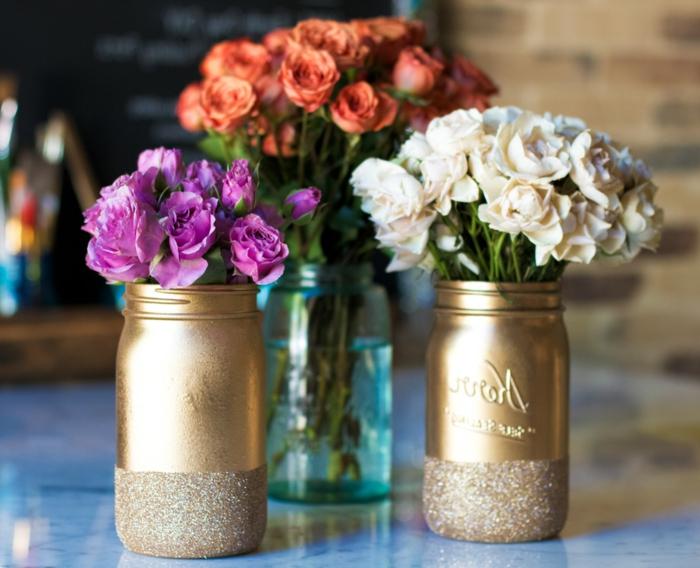 blumentöpfe selber machen gläser in goldener farbe verkleiden glitzer effekt idee und blumen darin rose