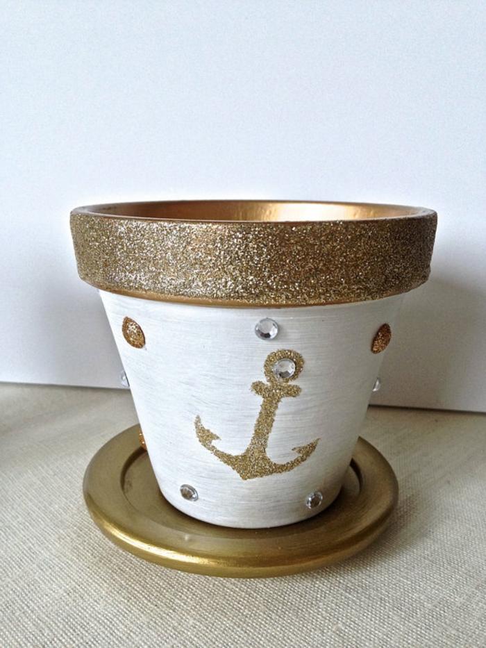 blumentöpfe selber machen idee weiße und goldene farbe zum bemalen von blumentöpfen verwenden anker perle