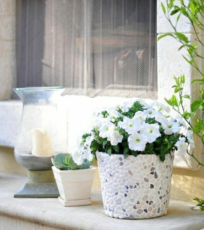 blumentöpfe selber machen blumentopf design idee mit steinen weiß mit grau und beige komibnieren skandinavisch