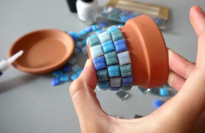 blumentöpfe selber machen schönes design für blumentopf aus blauen steinen pooldeko idee auf topf stellen