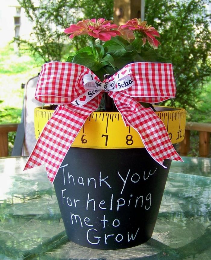 blumentopf übertöpfe selber machen idee schreiben auf dem topf maß messen schleife geschenkidee blume