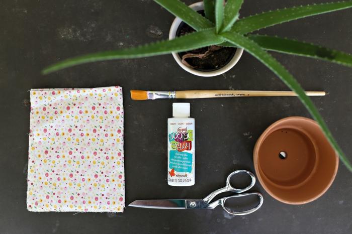 blumentopf übertöpfe selber machen ideen wie man den topf mit stoff verkleiden kann kleber schere pflanze pinsel