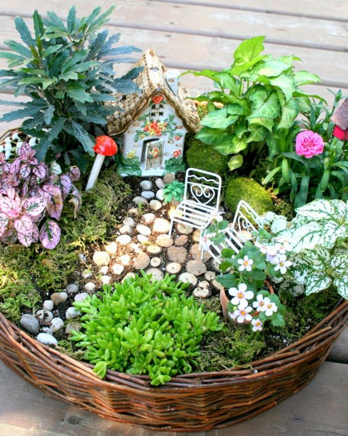 blumenkübel bepflanzen ideen bilder kleiner garten in einem korb gestalten grüne pflanzen pilze häuschen