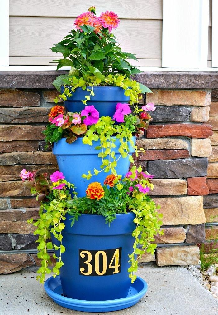 blumenkübel bepflanzen ideen bilder nuancen des blauen als topfdesign dreistöckiger blumentopf